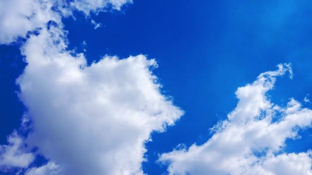 Bianchi soffici nuvole nel cielo blu. natura sfondo astratto.