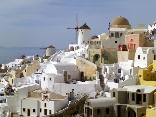 Bianco e pastello colorato dell'architettura tipica delle cicladi sull'isola di santorini, in grecia