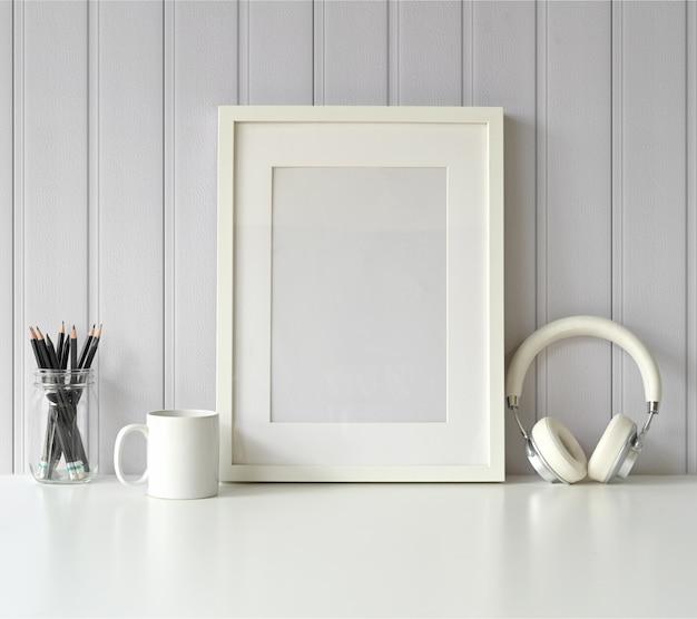 Bianco mock up frame e gadget sul tavolo bianco.