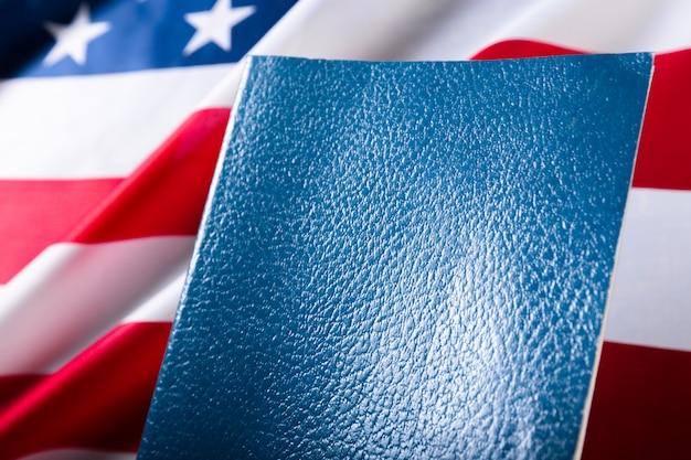 Bibbia che pone sulla cima di una bandiera americana