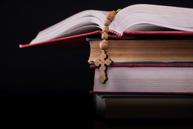 Bibbia e croce in concetto religioso