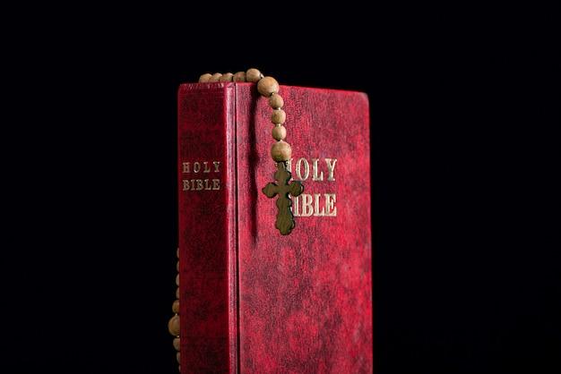 Bibbia e croce in religioso