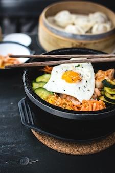 Bibimbap coreano con bastoncini