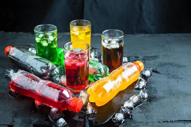 Bibita e bicchiere di bevande analcoliche sul ghiaccio e rinfrescante