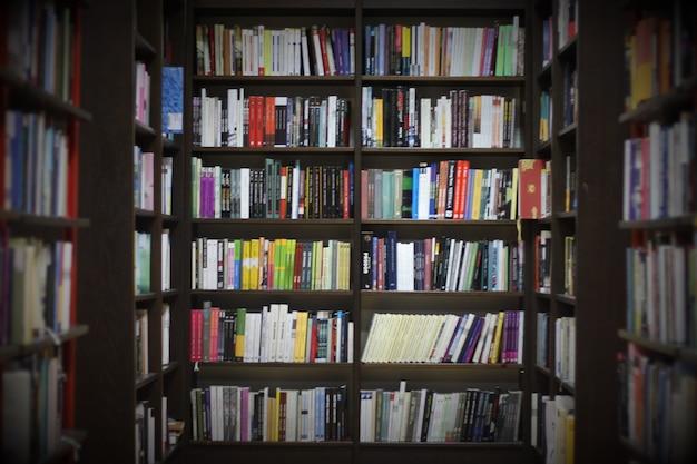 Biblioteca con libri