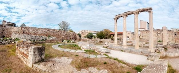 Biblioteca di adriano, lato nord dell'acropoli di atene in grecia
