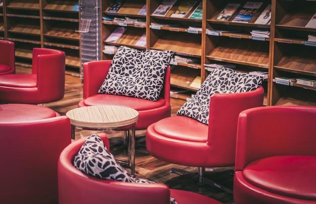 Biblioteca domestica con poltrona. decorazioni pulite e moderne