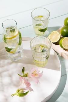 Bicchiere ad alto angolo con bevanda al lime