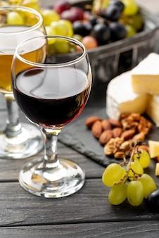 Bicchiere ad alto angolo con vino e snack per degustazione