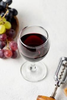 Bicchiere ad alto angolo con vino rosso