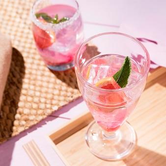 Bicchiere con bevanda al pompelmo