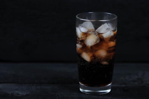 Bicchiere con cola con ghiaccio