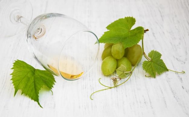 Bicchiere con vino e uva bianca