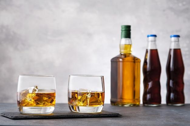 Bicchiere con whisky e cubetti di ghiaccio