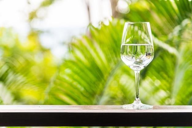 Bicchiere d'acqua all'aperto