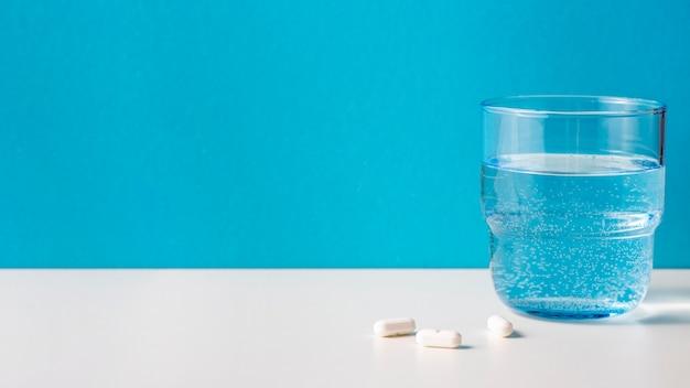 Bicchiere d'acqua con le pillole