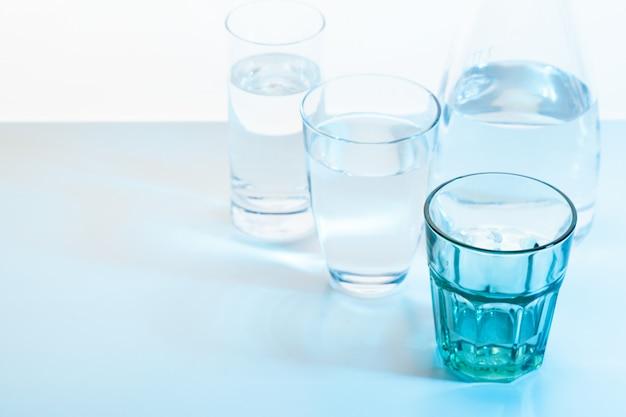 Bicchiere d'acqua e brocca