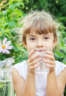 Bicchiere d'acqua per bambini. messa a fuoco selettiva. natura.