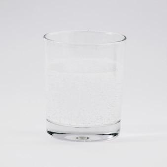 Bicchiere d'acqua su sfondo grigio