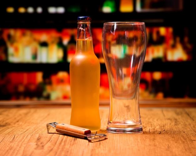 Bicchiere da birra con bottiglia e apriscatole