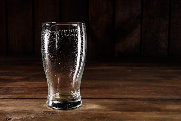 Bicchiere da birra vuoto usato