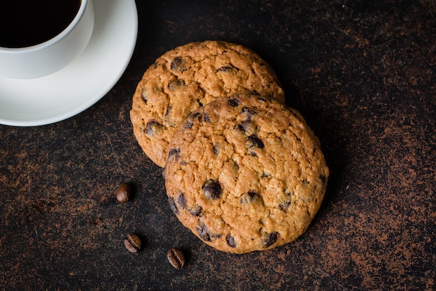 Bicchiere da caffè e latte con biscotti al cioccolato