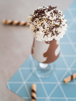 Bicchiere da frappè al cioccolato ad alto angolo