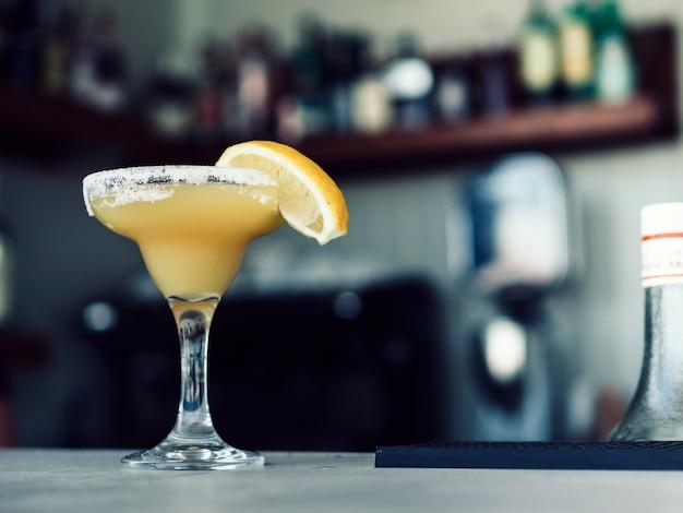 Bicchiere da martini della bevanda sul tavolo