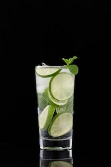 Bicchiere di acqua dolce al limone
