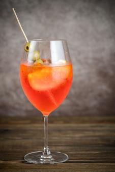 Bicchiere di aperol spritz cocktail