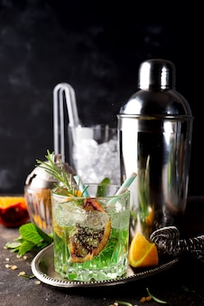 Bicchiere di assenzio con cubetti di limone e zucchero rossi