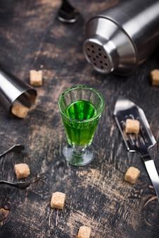 Bicchiere di assenzio con zucchero di canna