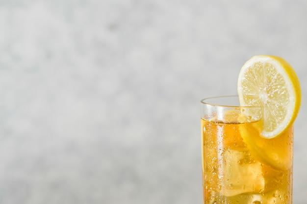 Bicchiere di bevanda al limone con copia spazio