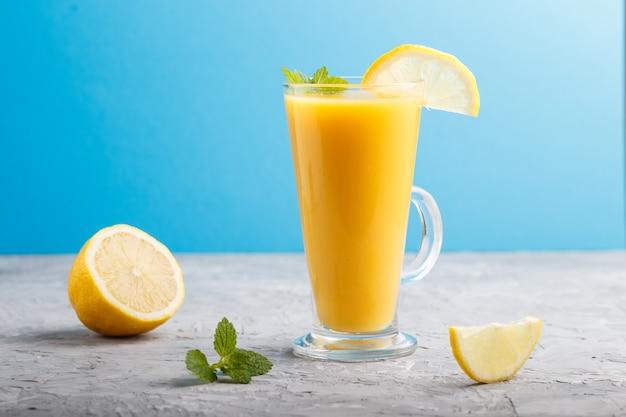 Bicchiere di bevanda al limone. vista laterale