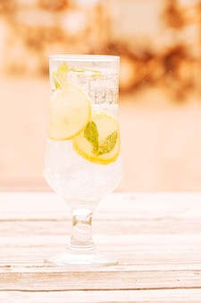 Bicchiere di bevanda alla menta fresca sulla superficie in legno