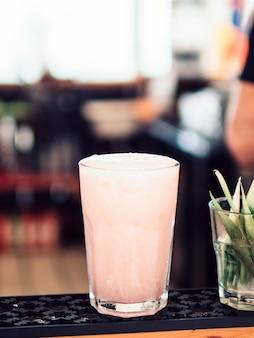 Bicchiere di bevanda rosa chiaro
