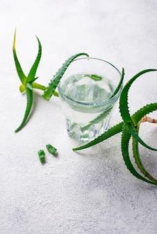Bicchiere di bevanda sana aloe vera