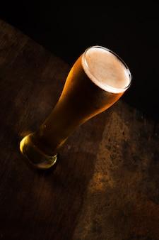Bicchiere di birra al buio