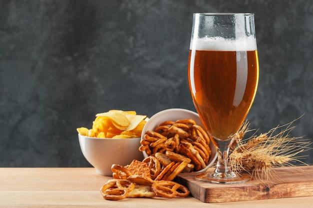 Bicchiere di birra con snack