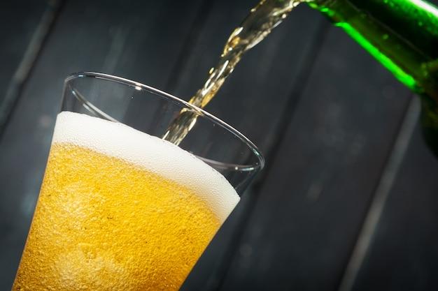 Bicchiere di birra e bottiglia di birra
