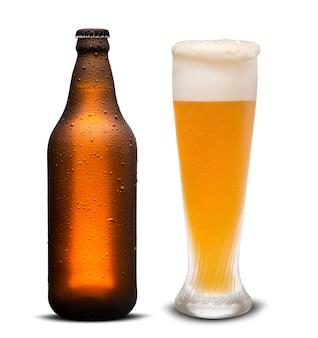Bicchiere di birra e bottiglia marrone con gocce isolato su uno sfondo bianco.