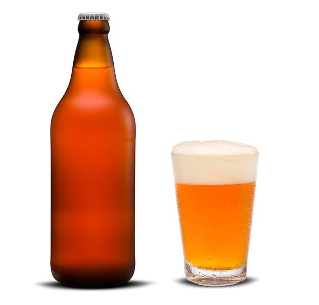 Bicchiere di birra e bottiglia marrone isolato su uno sfondo bianco.
