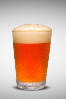 Bicchiere di birra fresca con tappo di schiuma isolato su sfondo bianco