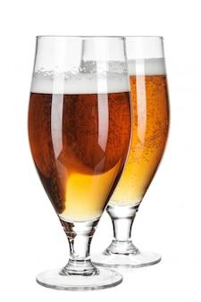 Bicchiere di birra isolato su un bianco