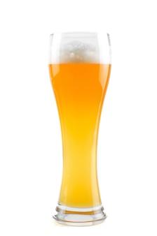 Bicchiere di birra isolato su uno spazio bianco