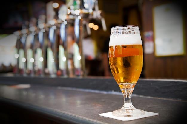 Bicchiere di birra leggera su un pub
