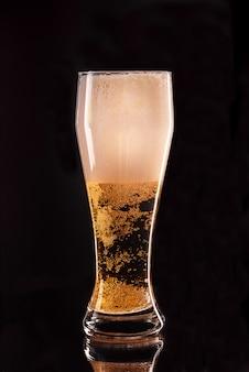 Bicchiere di birra leggera. vetro pieno con birra chiara, fine in su