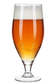 Bicchiere di birra su uno sfondo bianco
