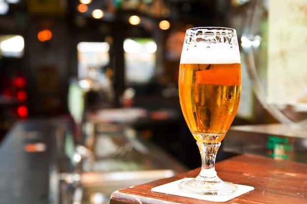 Bicchiere di birra sul pub