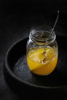 Bicchiere di burro ghi
